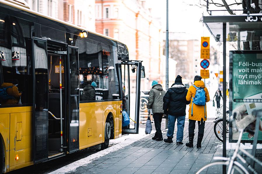 Matkustajat astuvat bussiin, kuvituskuva