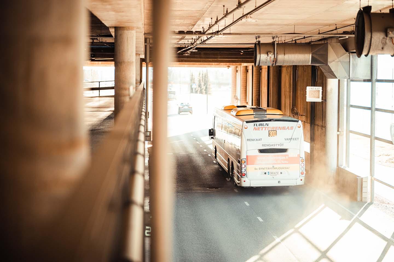 bussi tunnelissa, kuvituskuva