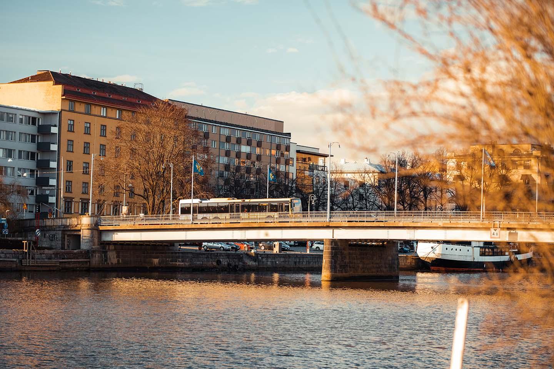 Bussi sillalla, kuvituskuva