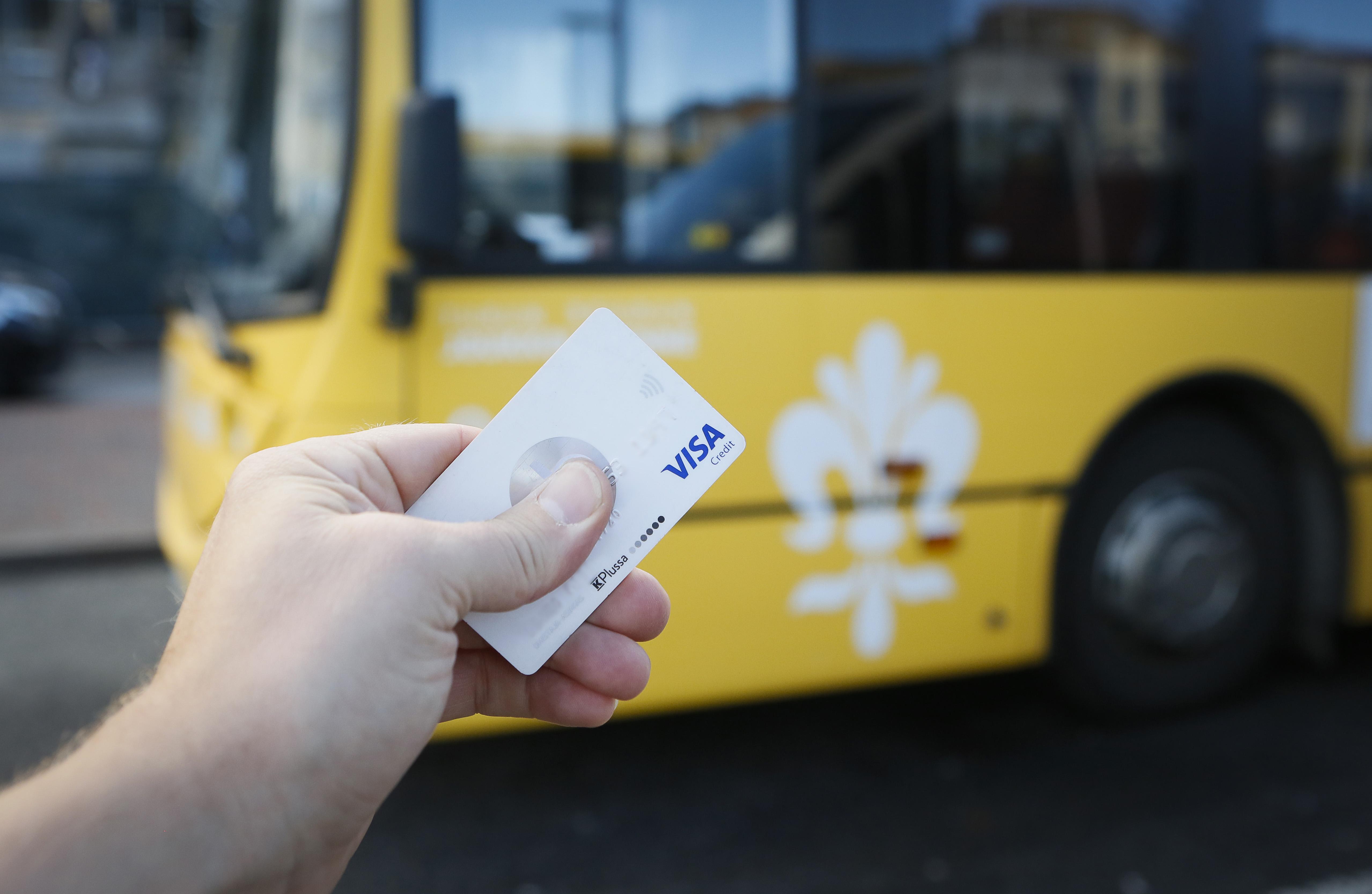 pankkikortti ja bussi