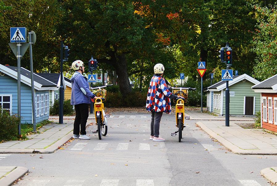 Paula Sainio ja Marja-Leena Kostamo kokeilivat kaupunkipyöriä Kupittaan liikennekaupungissa.